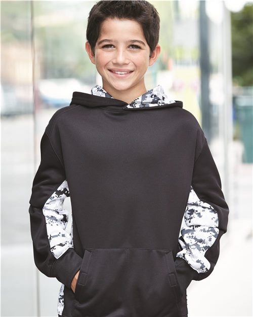 Badger 2464 Sudadera con capucha Digital Camo Youth Colorblock Performance Fleece Model Shot